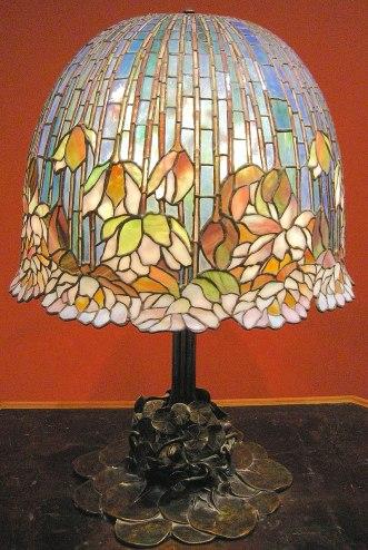 Lamp da tavolo pomb lily by Louis Comfort Tiffany, ca. 1900-10.